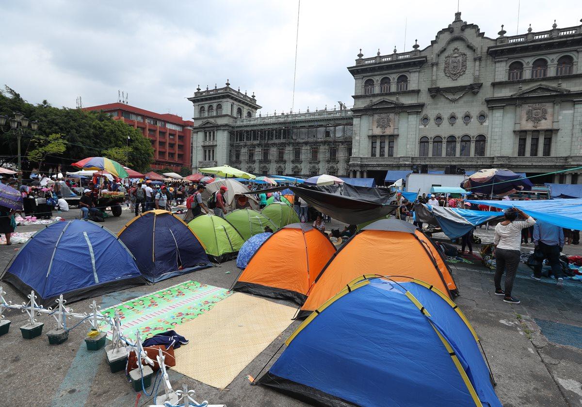 Los maestros hicieron un plantón en la Plaza de la Constitución por cuatro días, así como un paro de labores de 20 días consecutivos, para exigir; cobre vigencia el pacto colectivo. (Foto Prensa Libre: Hemeroteca PL)