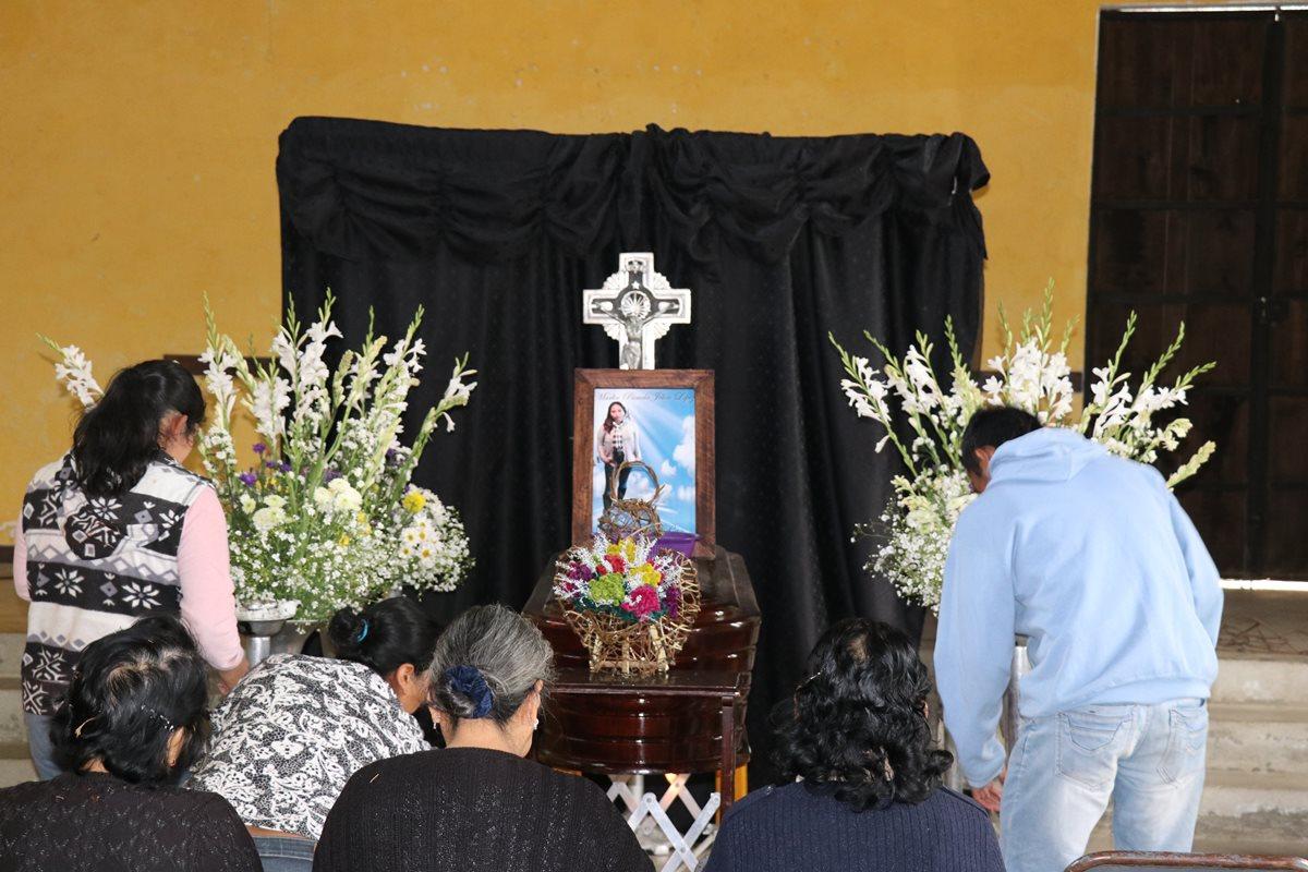 Familiares de Marlin Pamela Jolón López, durante el velorio, en enero del 2018. (Foto Prensa Libre: Hemeroteca)