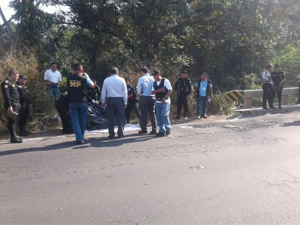 El cadáver del alcalde de Samayac, Suchitepéquez, fue localizado en un camino de Mazatenango. (Foto Prensa Libre: Omar Méndez)