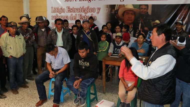 La niña de 13 años junto con los otros dos acusados de coordinar un robo en una ferretería.(Foto Prensa Libre: Héctor Cordero.