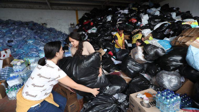 Los guatemaltecos se han volcado a ayudar a los damnificados. En la imagen voluntarios en el centro de acopio en el Aeroclub Guatemala, zona 13. (Foto Prensa Libre: Esbin García)