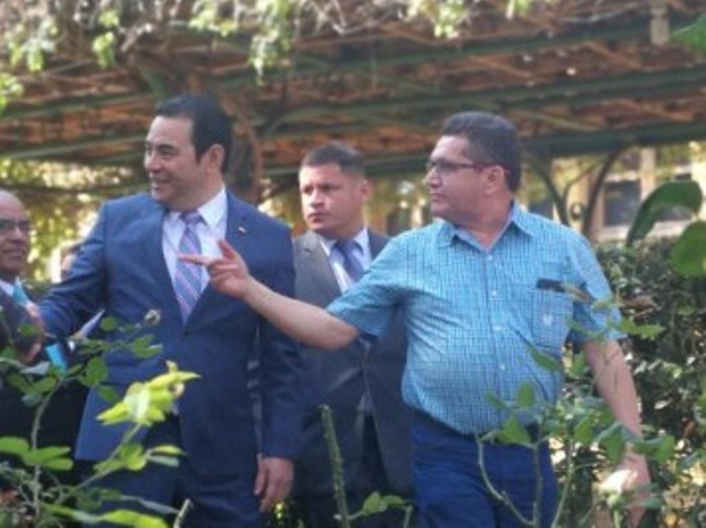 Presidente Jimmy Morales y el sindicalista Joviel Acevedo acuden al acto de firma del nuevo pacto colectivo. (Foto Prensa Libre: Andrea Orozco)