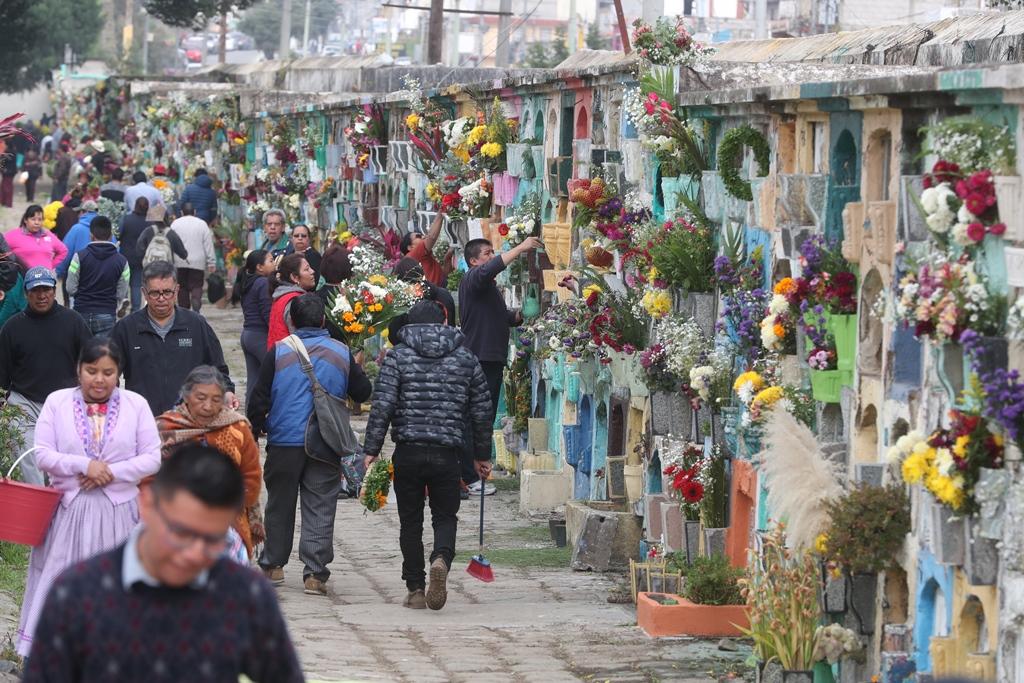 Unas cien mil personas visitaron este jueves 1 de noviembre el cementerio general en Quetzaltenango. (Foto Prensa Libre: Mynor Toc)