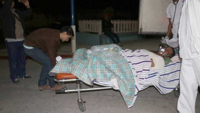 Personal del Hospital Regional de Huehuetenango atiende a uno los sobrevivientes del accidente. (Foto Prensa Libre: Mike Castillo).
