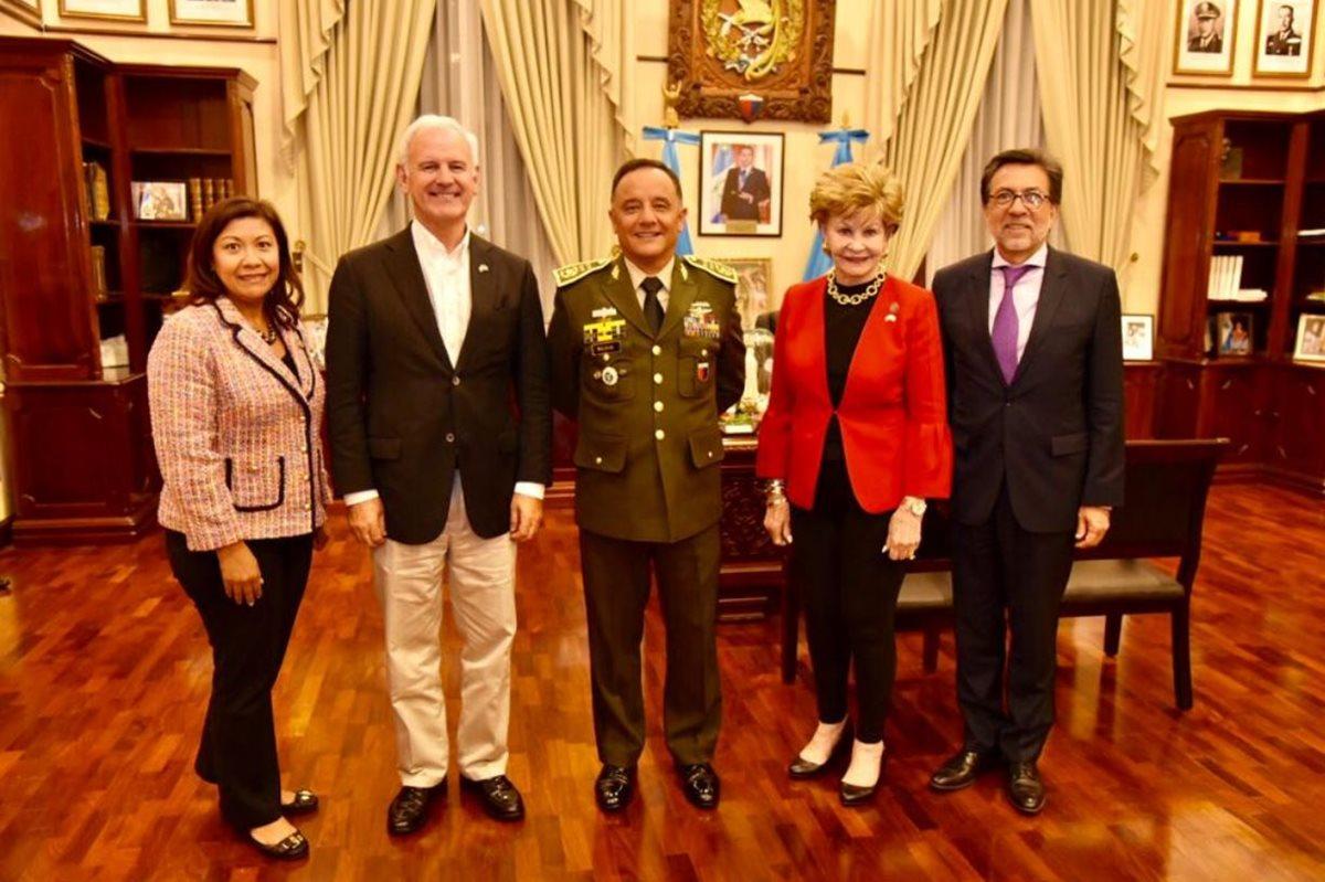 Los congresistas Norma Torres (izquerda), Bradley Byrne (segundo a la izquierda) y Madeleine Bordallo (segunda a la derecha), junto al ministro de la Defensa, Luis Miguel Ralda (Centro) y el embajador Luis Arreaga. (Foto Prensa Libre: Embajada de EE. UU.)