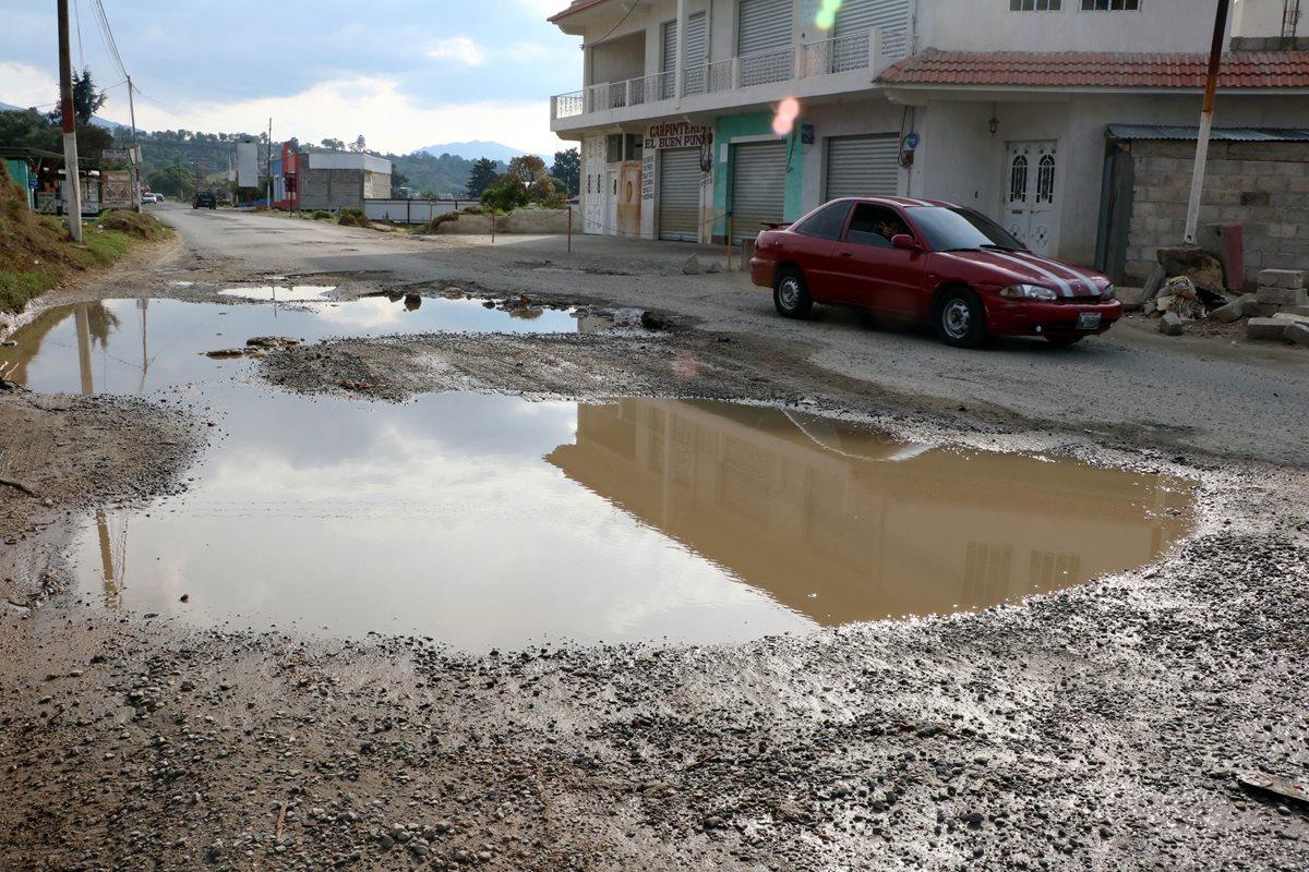 Carretera en mal estado agobia a pilotos y vecinos