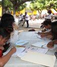 Unos 11 mil niños que vieron interrumpidas las clases en sus escuelas por la erupción del Volcán de Fuego, regresarán el 9 de julio a las aulas. (Foto Prensa Libre: Estuardo Paredes)