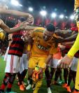 El portero brasileño Julio César fue despedido por sus compañeros del Flamengo. (Foto Prensa Libre: EFE)