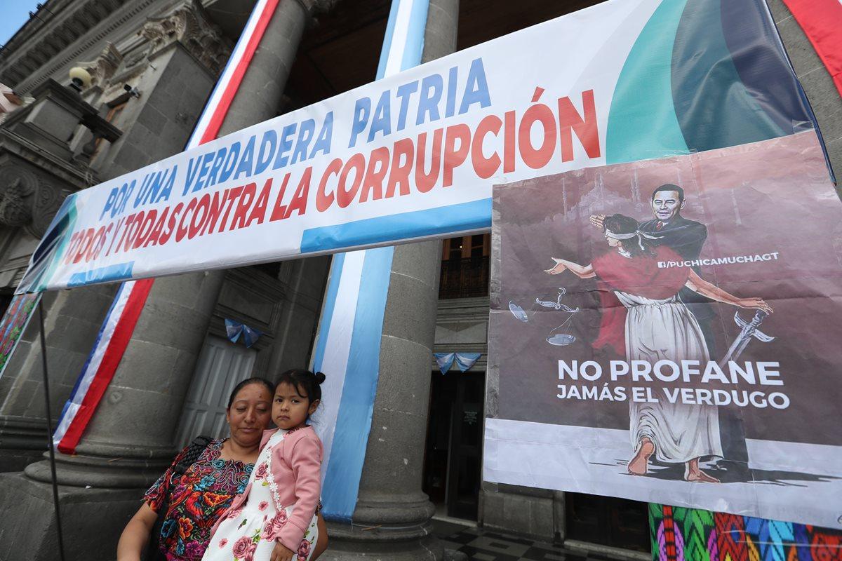 El Colectivo Ciudadano colocó este mensaje afuera del Palacio Municipal donde decenas de personas se detuvieron a leerlo y tomarse una fotografía. (Foto Prensa Libre: Mynor Toc)