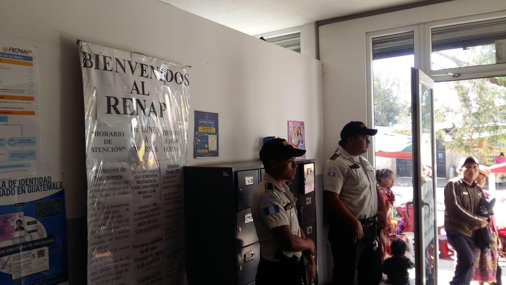 Agentes de la PNC debieron acudir a la sede del Renap de Quetzaltenango. (Foto Prensa Libre: María José Longo)