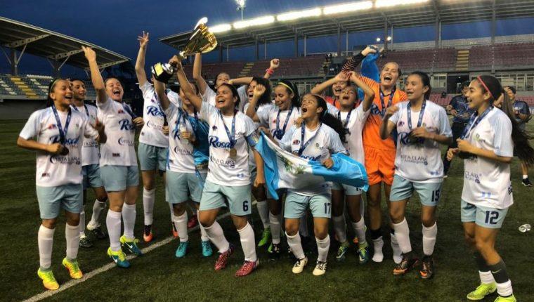 El equipo guatemalteco Unifut Rosal celebra con la copa de campeón de Uncaf. (Foto Unifut).