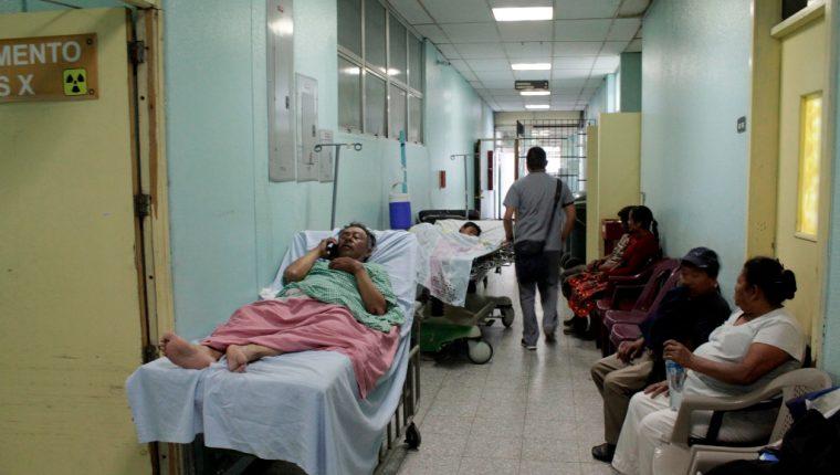 Los pasillos del HRO, en Xela, permanecen hacinados debido a la demanda de pacientes. (Foto Prensa Libre: María José Longo).