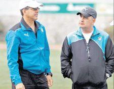 Rolando Crespo —izquierda— conversa con el entrenador Wily Coito Olivera, quien dirigirá su último partido hoy, contra el deportivo Mictlán. (Foto Prensa Libre: Hemeroteca PL)