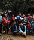 Varios amigos decidieron que después del convivio irían a buscar a las familias necesitadas. (Foto Prensa Libre: Víctor Chamalé)