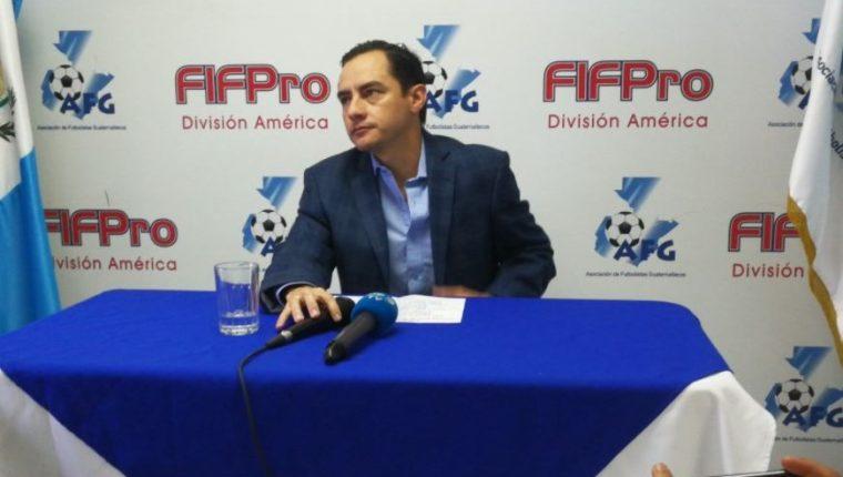 Carlos Figueroa, presidente de la AFG, durante la conferencia a la prensa donde hizo el llamado a manifestar. (Foto Prensa Libre: Edwin Fajardo).