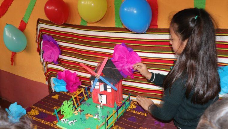 Una de las alumnas muestra la creación de un molino de viento en miniatura. (Foto Prensa Libre: Raúl Juárez)