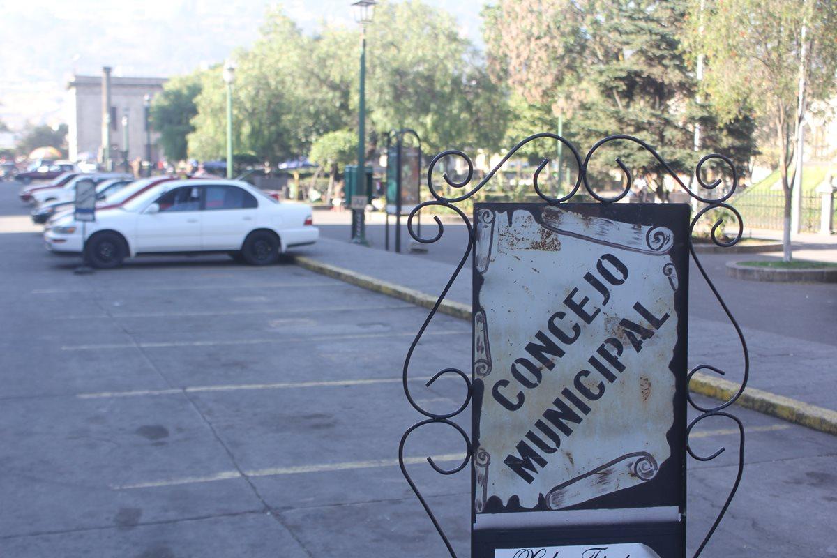 Funcionarios y empleados municipales acaparan parqueos públicos en Xela