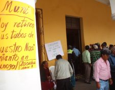 Vecinos manifiestan frente a la comuna de Huehuetenango para rechazar uso de nacimiento de agua. (Foto Prensa Libre: Mike Castillo).