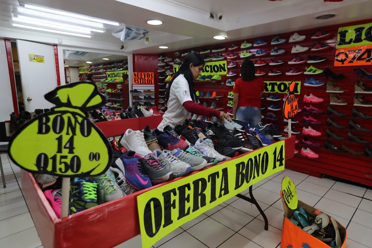Los negocios hacen promociones, descuentos y ofertas para captar clientes durante el fin de semana. (Foto Prensa Libre: Óscar Rivas Pu)