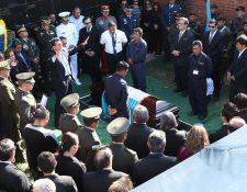 Unas cien personas participaron en el sepelio del general Efraín Ríos Montt, en el cementerio La Villa de Guadalupe, zona 14. (Foto Prensa Libre: Paulo Raquec)