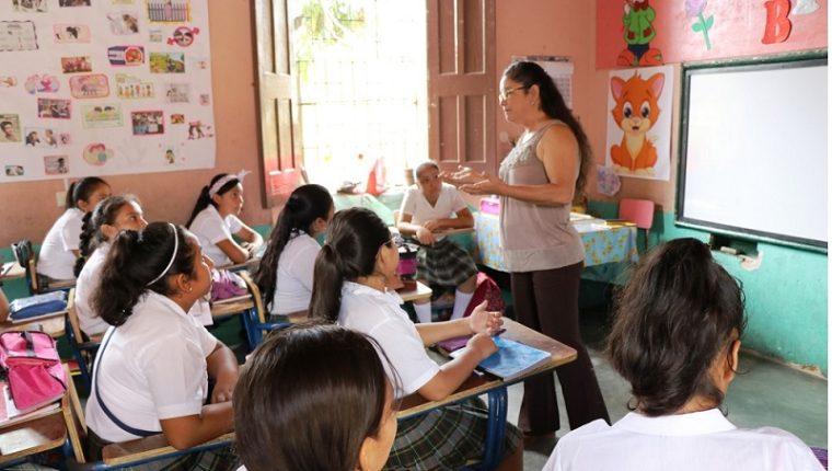 Aunque es la directora de la Escuela Oficial Urbana para Niñas No. 2 de Chicuimula, Brenda Lissette Flores Palencia no olvida que los estudiantes son la razón de ser del maestro. (Foto Prensa Libre: Mario Morales)