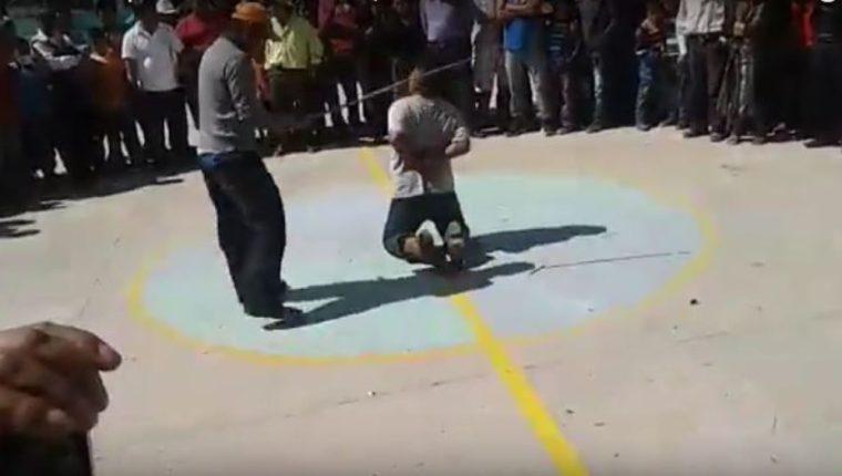 El presunto delincuente fue azotado, luego de haber sido agredido en Cunén. (Foto Prensa Libre: Tomada de Guatevision).