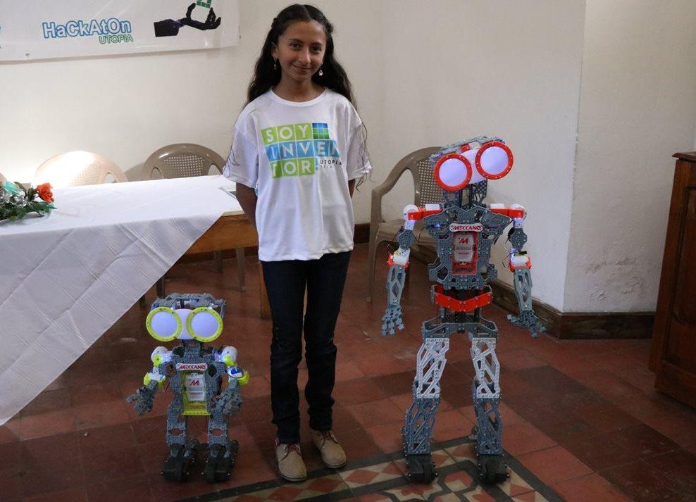 Gloria Recinos construyó los robots Willi y Walli, a los que da instrucciones de lo que desea que hagan. (Foto Prensa Libre: María Longo)