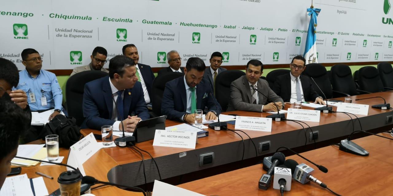 Autoridades del Ministerio de Comunicaciones, Aeronáutica Civil y Ministerio Público responden a la bancada UNE. (Foto Prensa Libre: Carlos Álvarez)