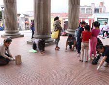 Adultos y niños participaron en la iniciativa Desenchiclemos el Teatro. (Foto Prensa Libre: María José Longo)