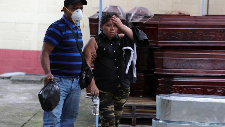 En la morgue provisional del Inacif de Escuintla, sobrevivientes de la tragedia esperan información sobre decenas de familiares que siguen desaparecidos. (Foto Prensa Libre: Carlos Hernández Ovalle)