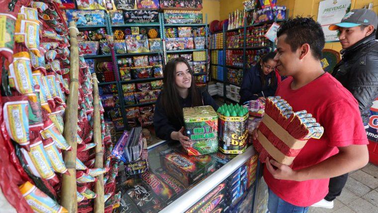 Las ametralladoras, de uno a cien metros, son el juego pirotécnico tradicional que se quema en Nochebuena y para Año Nuevo. (Foto Prensa Libre: Estuardo Paredes).