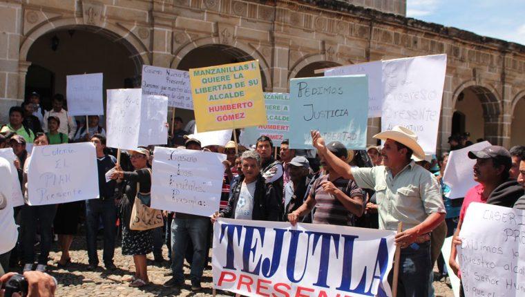 Pobladores de Tejutla muestran pancartas para exigir que se agilice el proceso contra el alcalde Humberto Gómez.