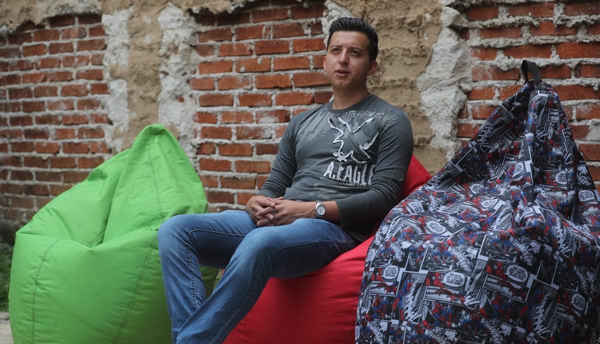 Luis David Sosa estudió también confección, ahora diseña y fabrica los sillones que son su emprendimiento. (Foto Prensa Libre: Érick Ávila)