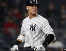 Aaron Judge no puede creer el marcador en la derrota de los Yankees frente a los Medias Rojas. (Foto Prensa Libre: BBC News Mundo)