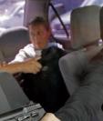 Ilustración de la forma de operar de taxistas piratas cuando asaltan a un pasajero. Las principales víctimas son mujeres y menores de edad. (Foto Prensa Libre: Álvaro Interiano).