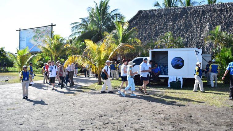 Cada vez llegan al país más turistas extranjeros en cruceros. (Foto Prensa Libre: Carlos Paredes).