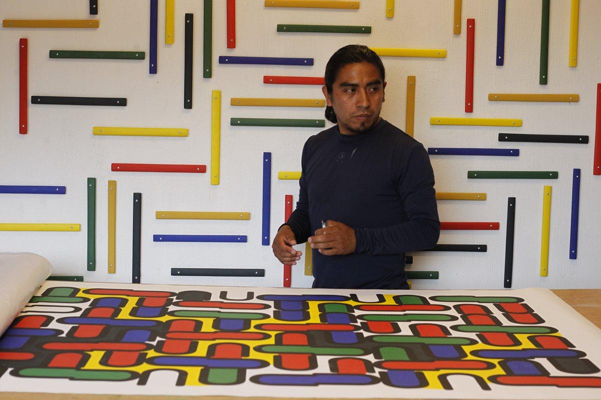 Tepeu Choc en su estudio junto a su serie de Tipografías (Foto Paulo Raquec)