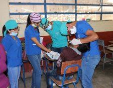 Estudiantes atienden a un menor de edad por un problema que presentaba en la muela. (Foto Prensa Libre: Víctor Chamalé)