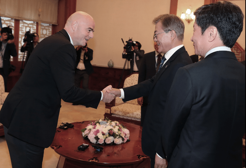 Moon Jae-in, presidente de Corea del Sur, saluda a Gianni Infantino, presidente de la Fifa, para hablar sobre una candidatura para el Mundial del 2030 en Asia. (Foto Prensa Libre: AP)