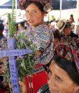 Una mujer ixil muestra una cruz con el nombre de una de las víctimas de la guerra interna. (Foto Prensa Libre: Óscar Figueroa).