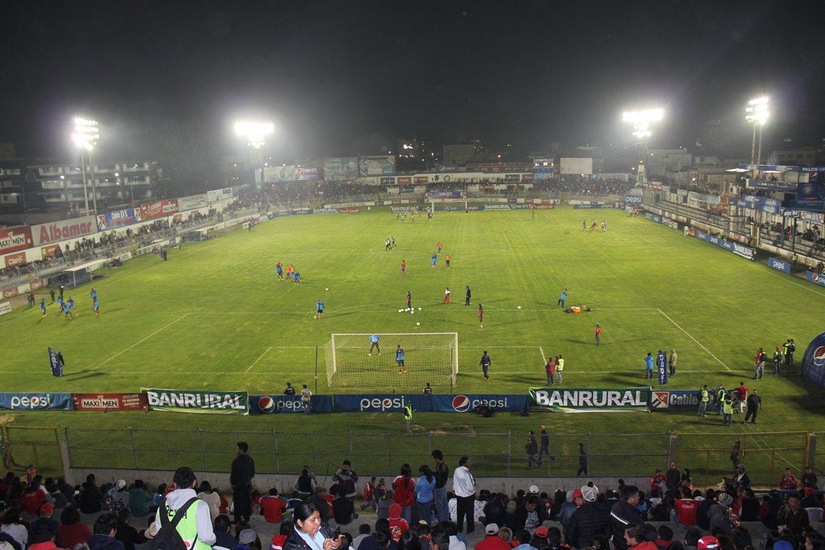El club podría modificar sus horarios y jugar durante el día para que la deuda no se siga acumulando. (Foto Prensa Libre: Raúl Juárez)