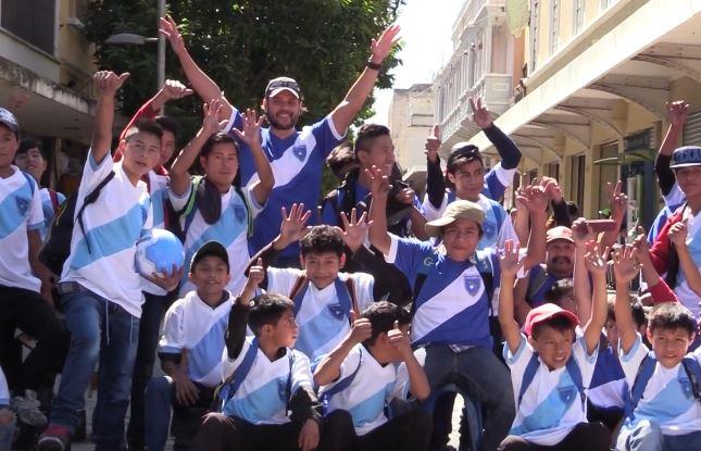 Guillermo Gracias pudo compartir con niños que se dedican a lustrar zapatos en la zona 1 de la capital.