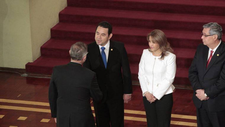 Iván Velásquez, director de Cicig, saluda al presidente Jimmy Morales y su esposa Patricia en un acto diplomático. (Foto Prensa Libre: Carlos Hernández)