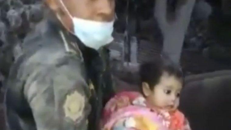 Este fue el momento en que la nena fue rescatada entre los escombros de su casa. (Imagen: Captura de video proporcionado por PNC)