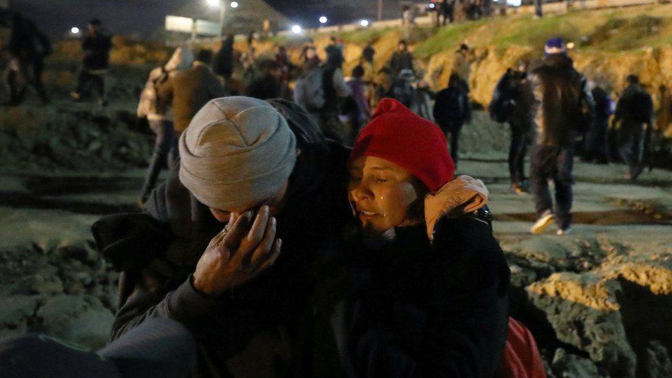 Un testigo le dijo a la agencia de noticias Reuters que a un migrante le cayó lo que parecía ser un bote de gases lacrimógenos. REUTERS