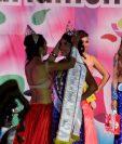 Yamilet Santis, soberana saliente, coloca la corona a Dayana Castañeda, nueva Reina del Carnaval de Mazatenango. (Foto Prensa Libre: Melvin Popá).