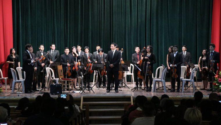 Los jovenes de la orquesta del Conservatorio Jesús Castillo compartieron el escenario con el Guitarrista Luis Juárez Quixtan quien reside en Francia (Foto Prensa Libre: María José Longo).