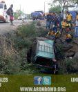 Vehículo cae a hondonada en Río Hondo, Zacapa, cuyo conductor murió. (Foto Prensa Libre: CBMD)
