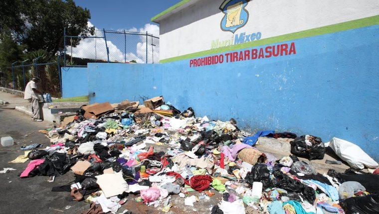 Muchas de las calles de la colonia Primero de Julio son utilizadas como botaderos de basura por algunos vecinos que se niegan a pagar por el servicio de extracción. (Foto Prensa Libre: Paulo Raquec).