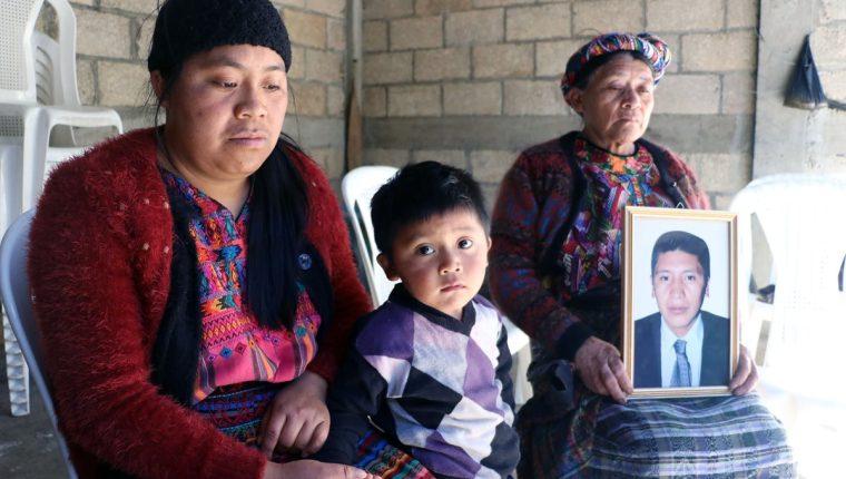 La esposa, el menor de los hijos y la madre del migrante esperan ayuda para la repatriación del cuerpo de Saúl Sánchez. (Foto Prensa Libre: Carlos Ventura)